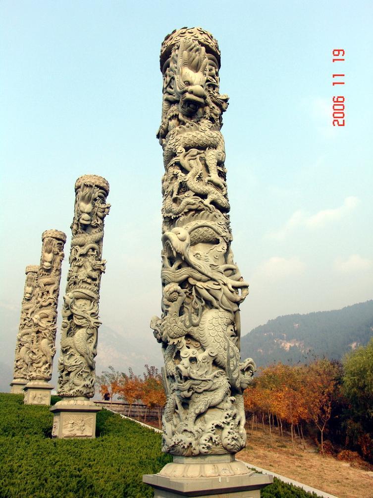 中华柱,九龙壁