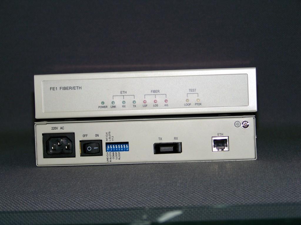 供应以太网光猫 调制解调器 ETH 产品概述 FE1 FIBER/100BASE-T接口转换器(又称以太网光猫)是把以太网数据安插到E1线路的时屑中,再把E1信号调制成光信号,形成以太数据接入,光纤传输,经过FE1光猫转换进入SDH网络,传输到局端,进而组建成长距离节点的专线数据网。在以太局域网(LAN)端提供100Base-T(RJ45)接口,可实现MAC地址自动学习和地址过滤、地址表维护、流量控制等多项功能。接口速率和电缆自动适应。在广域网(WAN)端提供2M 光接口,通过FE1光猫转换成E1,再接入