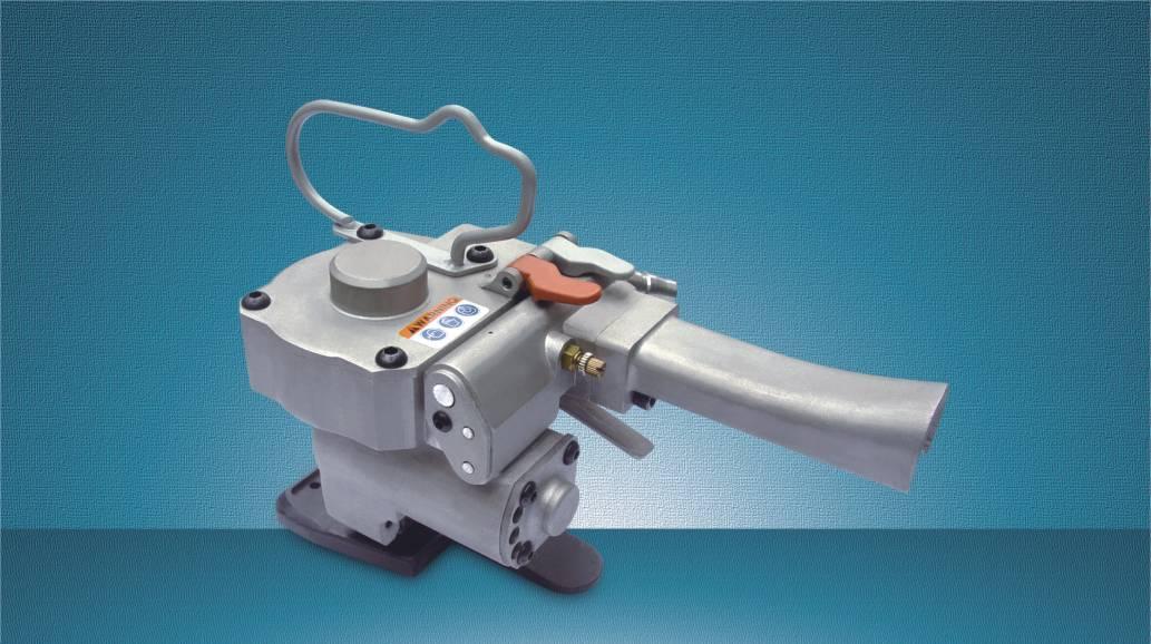 供应手持气动熔接机-沈阳PET打包机 名称:手持式气动熔接机 (棉花捆扎机) 型号:RJ-25 产品介绍: 1、熔接和切断效率极高,可在极短时间内实现PET带的熔接和切断。 2、熔接可靠美观,采用加强马达准确设计,实现可靠工作。 3、机器耐用度高,所有机体和构件均采用高强度合金材料,高可靠性设计,先进工艺制造。 4、广泛的PET打包带规格的使用性。 5、专利设计,使用安全,免疲劳设计。 用途: 本机具有工作效率极高、使用方便,无须扣件,广泛适用各种包装线,如棉制品、各种纤维包装等。 技术参数: 适合带种: