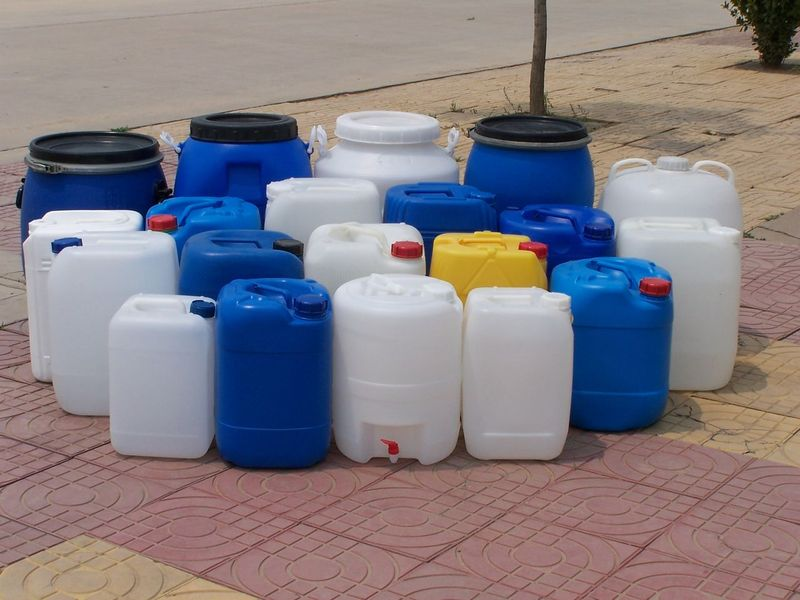 20L闭口方塑料桶 闭口塑料桶 塑料罐 成立于一九九九年,属于民营股份制企业。一贯致力于中空塑料制品的生产研发以及化工产品包装市场的拓展 , 并逐步发展成为北方塑料包装容器行业优秀的生产商。公司座落于庆云渤海经济开发区常盛工业园205国道旁,交通便利,环境优美,厂区面积23000平方米,建筑面积9600多平方米,现有干部职工156名,工程技术人员30名,其中有高级职称的8名。随着公司生产规模的不断扩大;经济效益不断提高,现在公司已拥有当今世界先进的全自动中空吹塑成型设备和注塑设备39台(套),主要模具和产