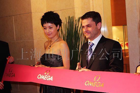 上海剪彩带制作 开业彩带制作 彩带制作 缎带制作 剪彩花球 上海旗帜广告公司自成立以来,就不断更新技术,开发新材料、新工艺。引进先进设备,聘用高技术工人。为追求新颖别致的设计,精良的制作工艺。经过多年的努力,公司现已拥有了雄厚的经济与生产实力,并在广告和旗帜行业有了较强的影响力。本公司是一家销售世界各国国旗、制作及设计各种公司旗帜,是生产、销售、设计于一体。产品工艺精湛、品种齐全、质量优、交货快、守信誉,真诚有望与全国各地商业人士合作,共创美好明天!   本公司主要业务范围有:四色热转印旗帜、彩旗、桌旗、