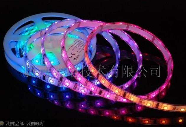 LED软灯条 深圳腾博光电(原名:朗聚光电)娱乐夜场LED彩效系统是结合光学、电学、控制、机械、材料、艺术等多学科的技术,以LED为技术核心,专业亮化为方向,执着为酒吧LED、慢摇吧LED、舞厅LED、夜总会LED、DISCOLED、演艺吧LED、KTVLED、会所LED等娱乐休闲夜场及楼宇景观亮化提供解决方案、研发、生产、工程、维护等专业服务。 通过LED数字显示与灯光控制手段,让灯光融合装潢、声音于一体,创造出酒吧、俱乐部、夜总会、KTV、演艺厅等娱乐场所完美和谐的视觉效果与光环境。该系统包括对娱乐场