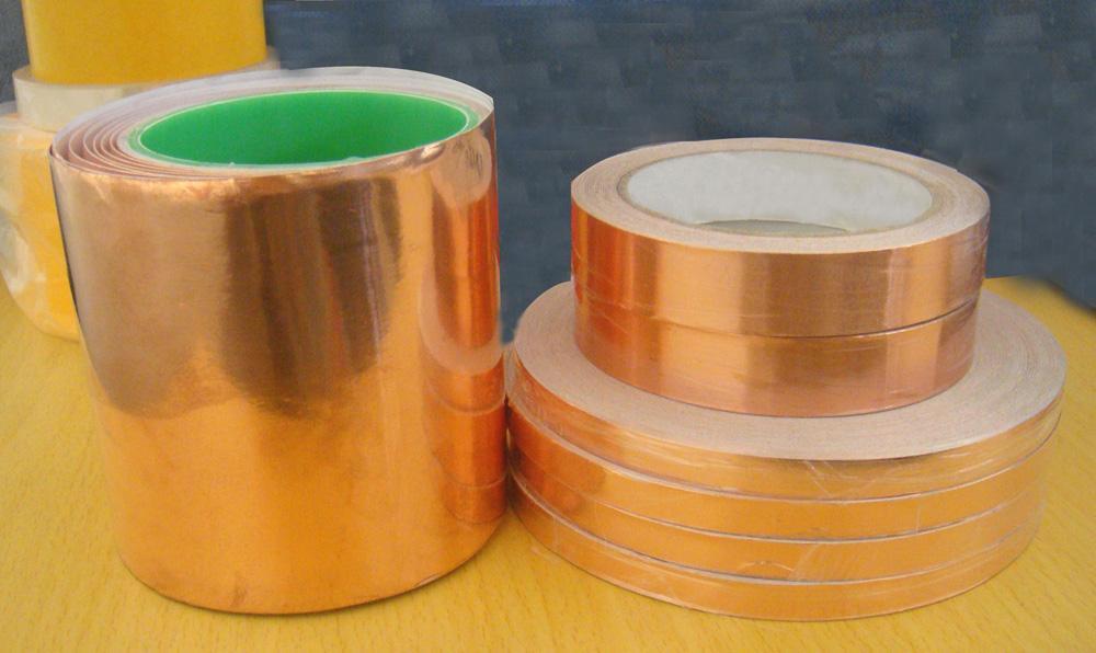 供应铜箔胶带 性能及应用领域: 该产品以铜箔为基材,具有保温、隔热、防水、粘性佳、耐寒性好、易撕、可消除电磁干扰(EMI),隔离电磁波对人体的危害。适用于电脑显示器、电脑周边线材与变压器制造及电器设备的管线接缝。适用于各种接地、压焊及电磁干扰屏蔽,用作电磁干扰屏蔽、静电释放、接地等。