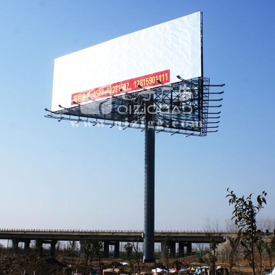 单立柱:又称擎天柱、广告塔、高炮。一般立在道路两边。以高速公路局多。是目前高速公路、城市公路、立交桥或城市经较开阔的地方最常用的一种广告形式。 单立柱一般为钢架结构。钢管和角铁制作而成。现在也有少数网架结构的。在一根立柱上面安装一个长方型的或三角型的牌面。在牌面封上镀锌铁皮或彩钢板。