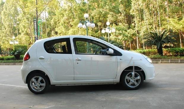 供应白色 吉利熊猫电动 汽车 休闲电动车 老年高清图片