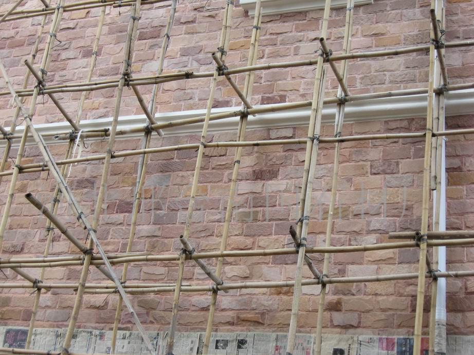 蘑菇石粘贴方法 河北邢台南国石材厂 板岩 文化石 蘑菇石具有古城堡墙石的造型,凝重而又奔放,粗犷的外表极富立体感,给人带来怀旧的情愫。蘑菇石是由人工精心打造而成的,色彩可以任意调配,纹路也可以自由奔走,因此,整体效果别具一格。